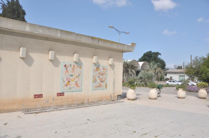 עבודות של סמדר אשדר ברחבי הקיבוץ, צילם עמוס גיל