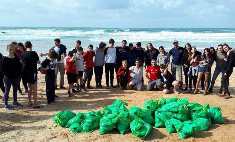 נעורים גן שמואל מתגייס לניקוי חוף התנדבותי בשמורת ים גדור.