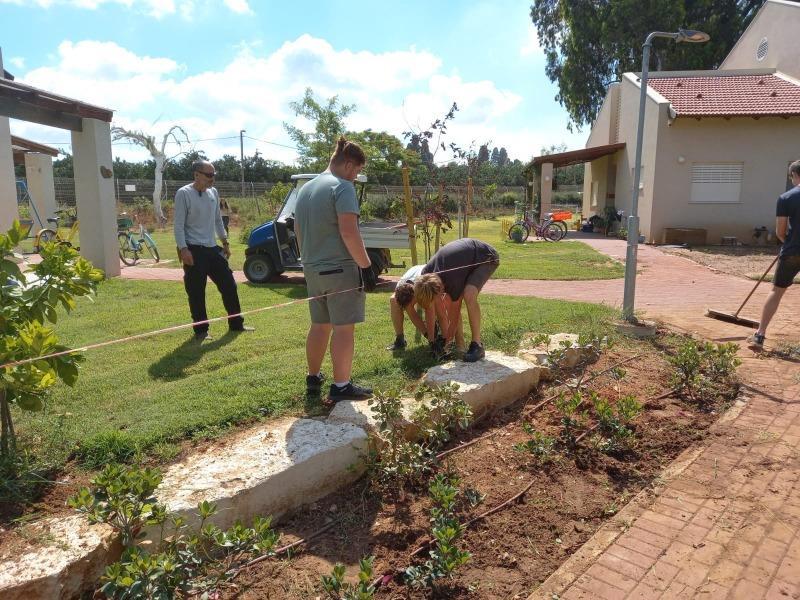 פרויקט מעורבות חברתית של בית ספר תום ביחד עם צוות גינות נוי