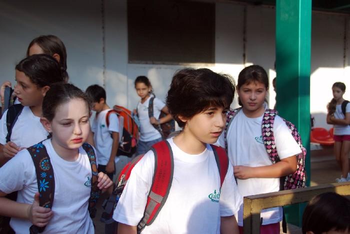 כיתה א`` וחברת הילדים נוסעים ללמוד, בתלבושת אחידה - צילם יוסף טל